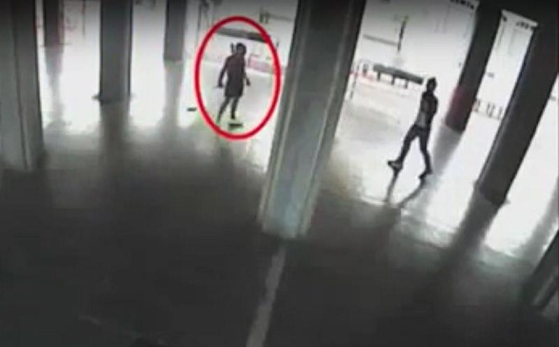 Si avvicina deciso con un coltello in mano e poi…Il VIDEO SHOCK dell'aggressione a piazza San Giovanni