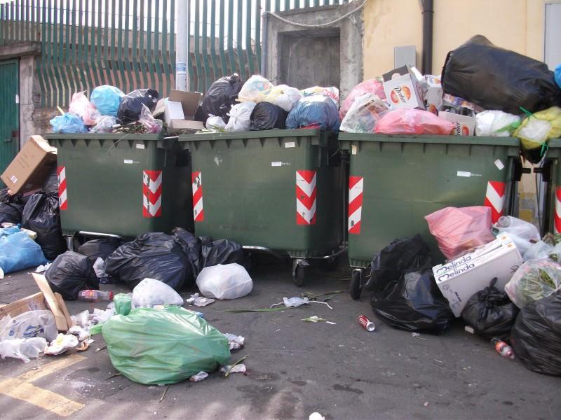 Palermo invasa dai rifiuti: pompieri spengono diversi roghi, residenti esasperati