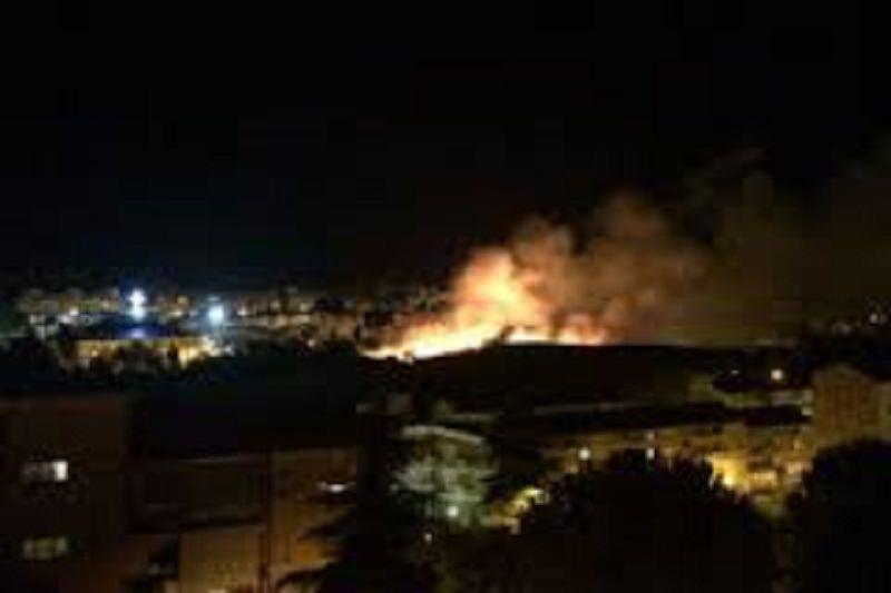 Fuochi d'artificio innescano incendio in campetto di atletica. Paura fra i presenti
