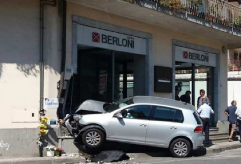 """Incidente """"con spaccata"""", perde il controllo e si schianta contro la vetrina di un negozio"""
