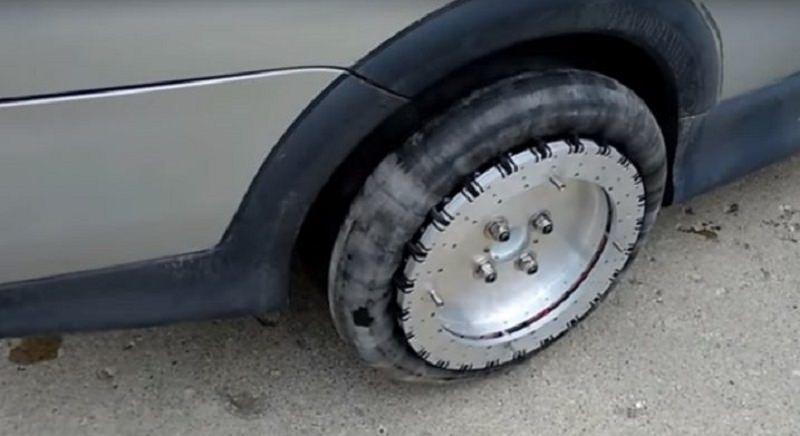 Litiga col vicino, lui gli buca le gomme della macchina: si pente e promette di risarcire il danno