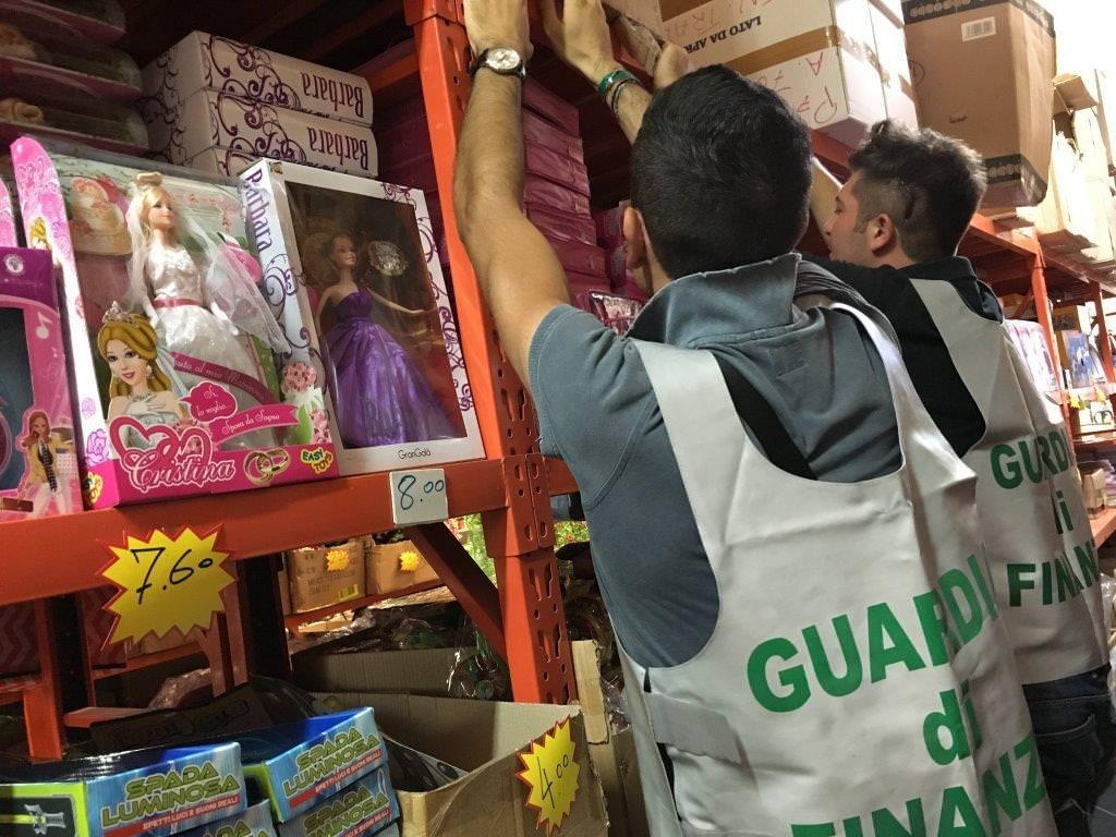 Blitz in negozio cinese, sequestrati 1 milione e mezzo di articoli taroccati