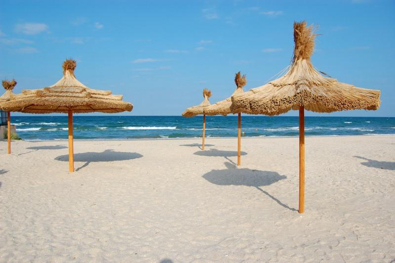 Ombrelloni e sdraio in spiaggia abusivamente: sequestrato lido Acapulco