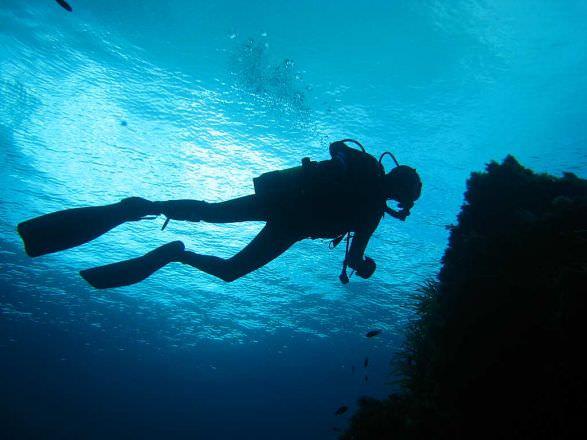 Si finge disperso in un'immersione subacquea: voleva sfuggire al suo matrimonio