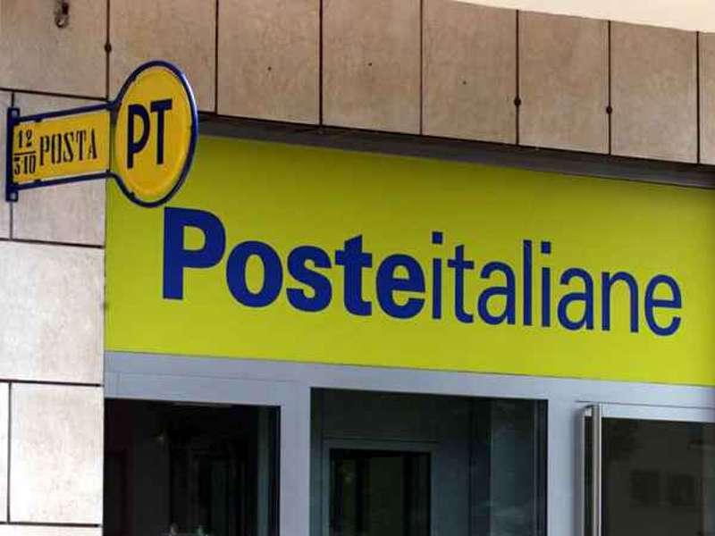 Paura in via Catania, malviventi sfondano ufficio postale con una Fiat Panda: Polizia di Stato e scientifica sul posto