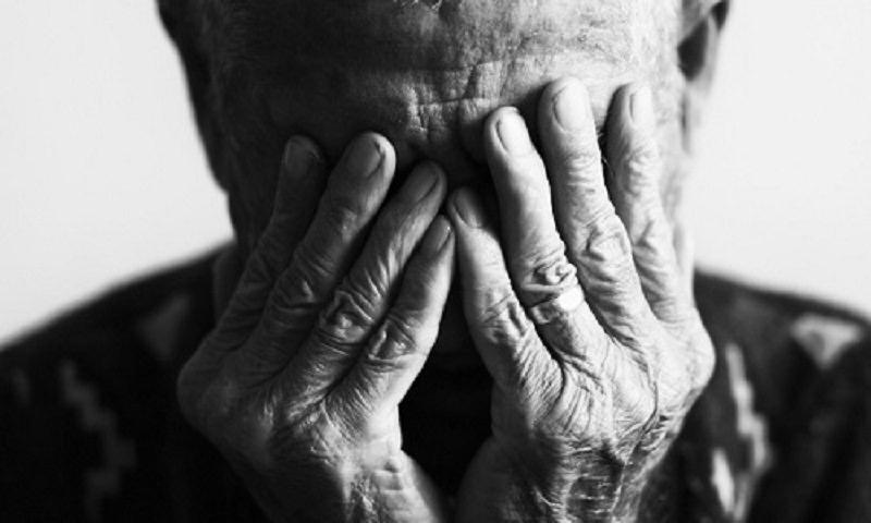 Incappucciato e legato al letto: anziano rapinato in casa allo Sperone