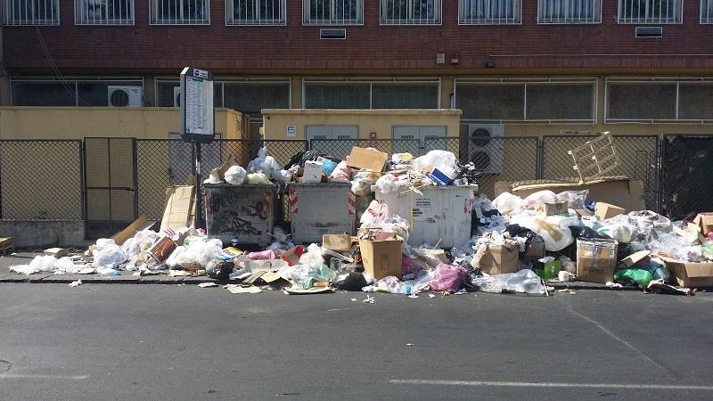"""Per Bianco i catanesi sono """"munnizza"""". Il bus si aspetta in mezzo alla spazzatura"""