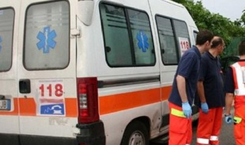 Utilitaria investe pedone e fugge: ferito trasportato in ospedale, è caccia al pirata della strada