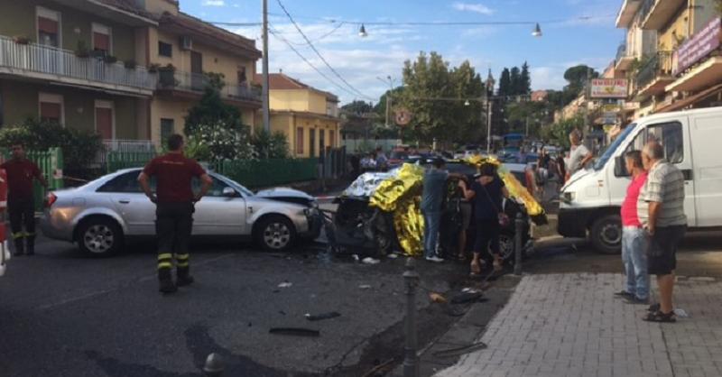 Giarre, impatto violentissimo tra due auto, muore una donna