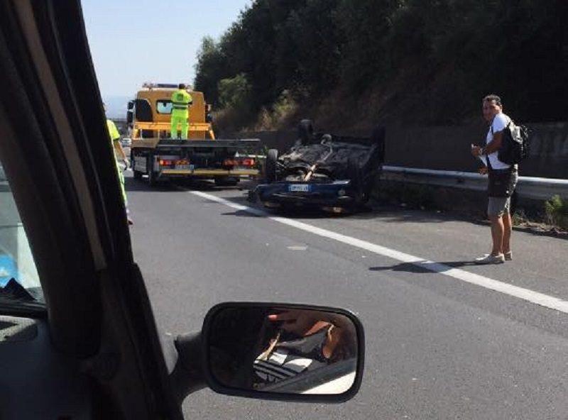 Auto si ribalta sulla tangenziale di Catania: una ragazza ferita