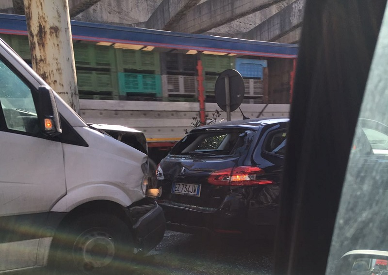 Catania, furgone investe auto. Lunghe code vicino a San Giorgio