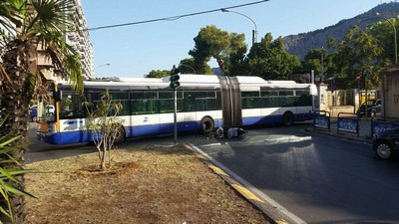Moto contro autobus Amat. Due feriti e traffico in tilt