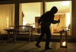 Uomo, compagna e figlio minorenne tentano furto in abitazione: denunciati dopo rocambolesca fuga