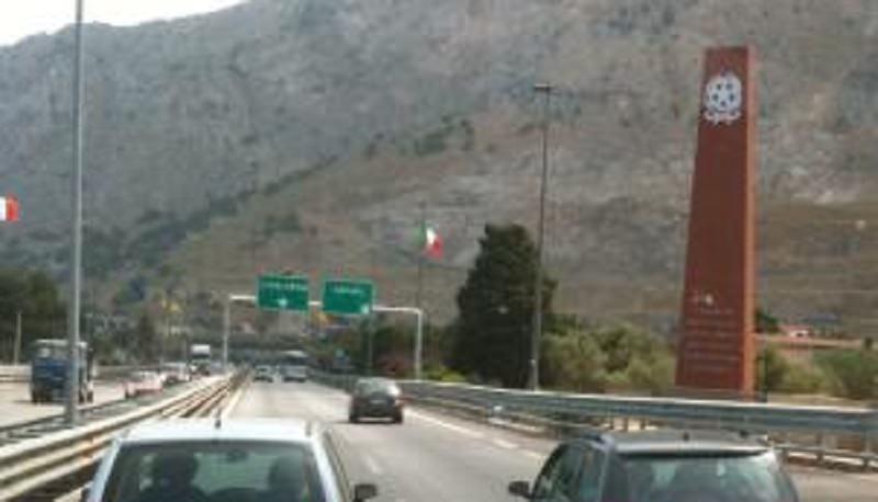Pazzia sulla Palermo-Mazara: auto contro mano si schianta su camper