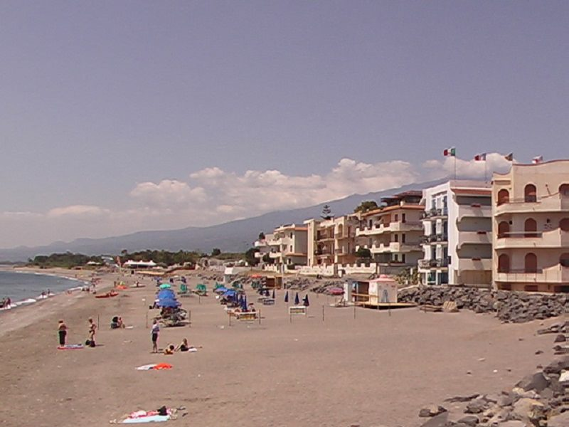 Sparatoria in spiaggia a Recanati: colpi a salve, panico tra i presenti