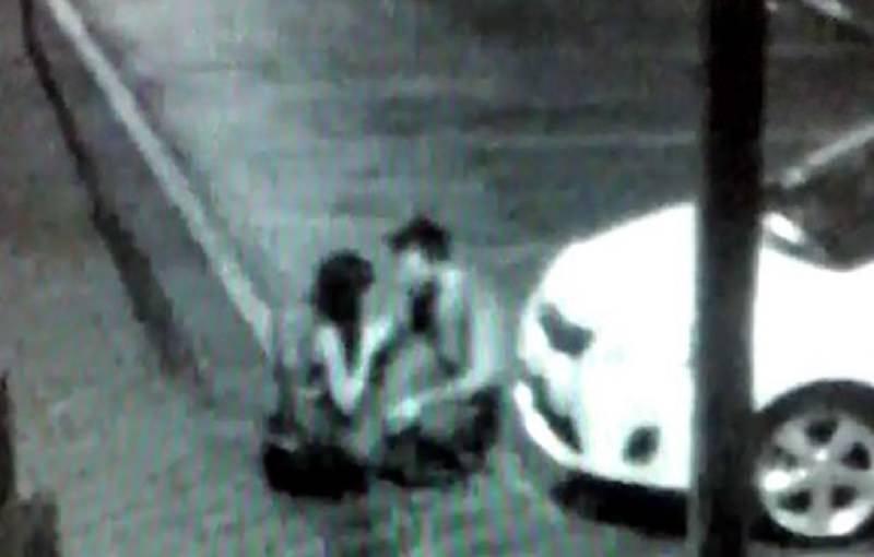 """Sesso in strada davanti al comando dei carabinieri, scene """"hot"""" riprese dalle telecamere"""