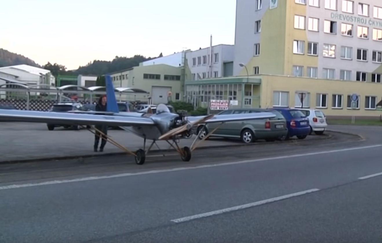 Stanco del traffico, costruisce e va a lavoro con un aereo! VIDEO