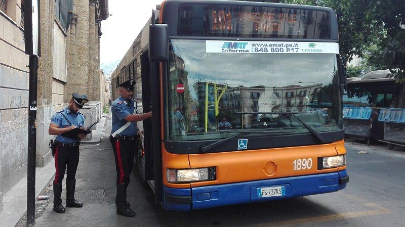 Prova a rubare il portafogli ad un ucraino sul bus: arrestato 19enne