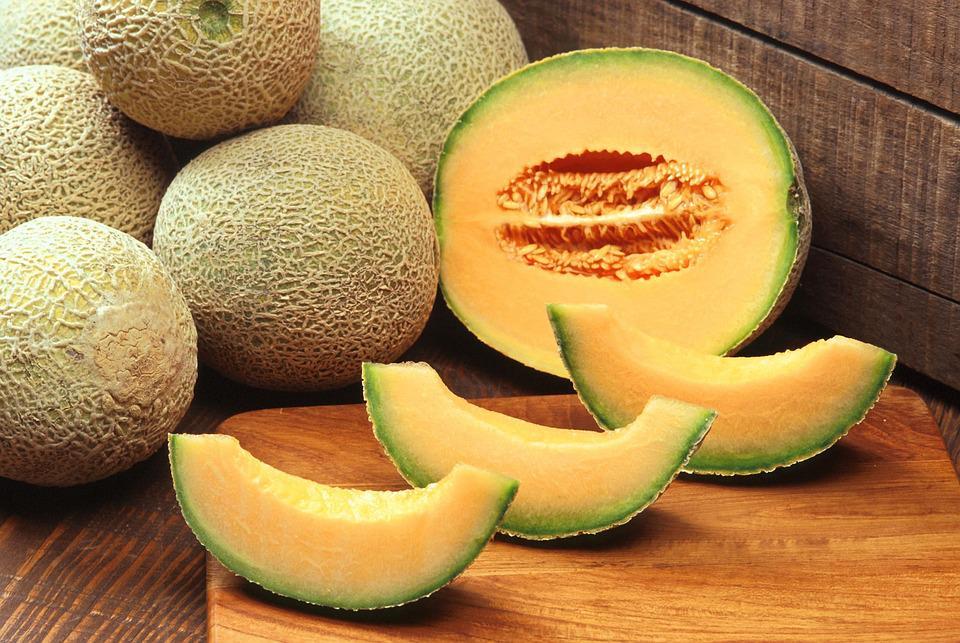 Vigili sequestrano meloni e vengono aggrediti da due fratelli