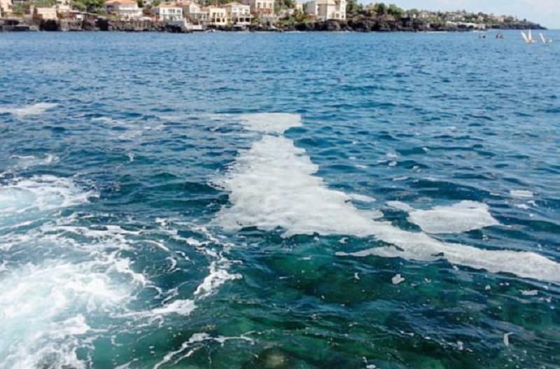 Schiuma e macchie oleose nel mare di Ognina: titoli di coda di una triste estate