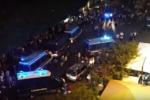 """Fuga e scontri con la polizia. """"Guerriglia urbana"""" al centro d'accoglienza: migranti in sommossa"""