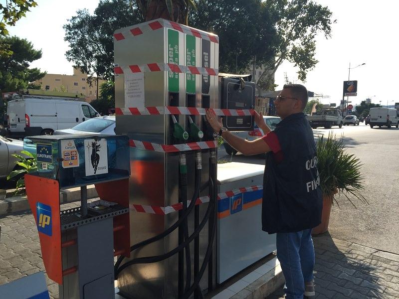 Piazza Caponnetto, vende carburante senza concessione: sequestrato distributore