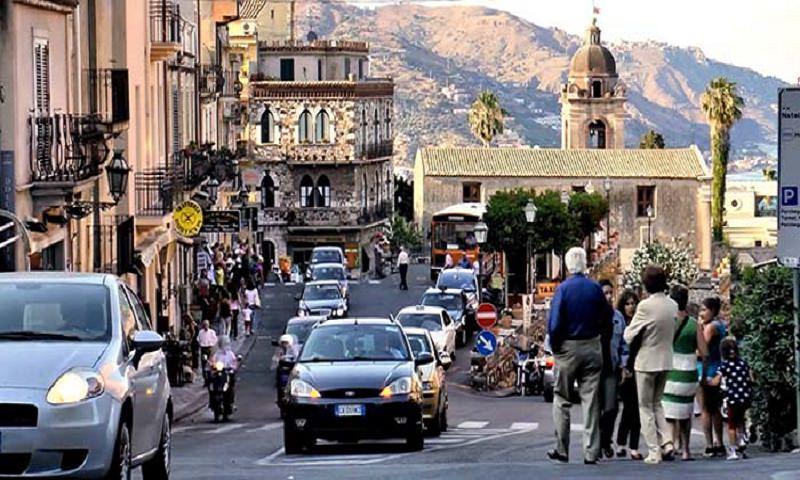 """Taormina, residenti e commercianti: """"Pretendiamo la Ztl"""""""