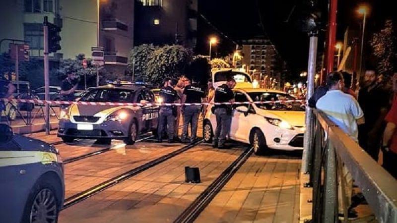 Inseguimento a Palermo, un'auto finisce contro un palo della luce