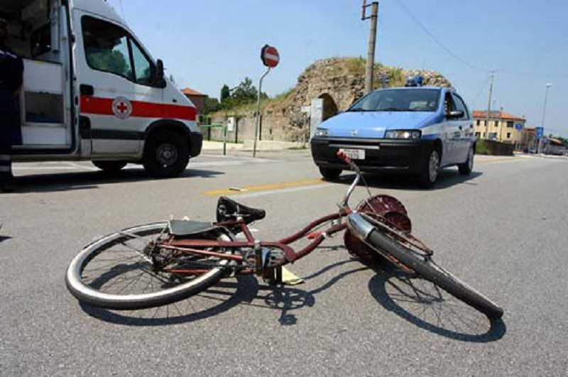 Catania, violento impatto tra auto e bici in via Acquicella: giovane in gravi condizioni