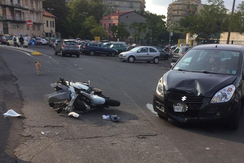 Incidente davanti al Principe Umberto: scooterista sbalzato in aria
