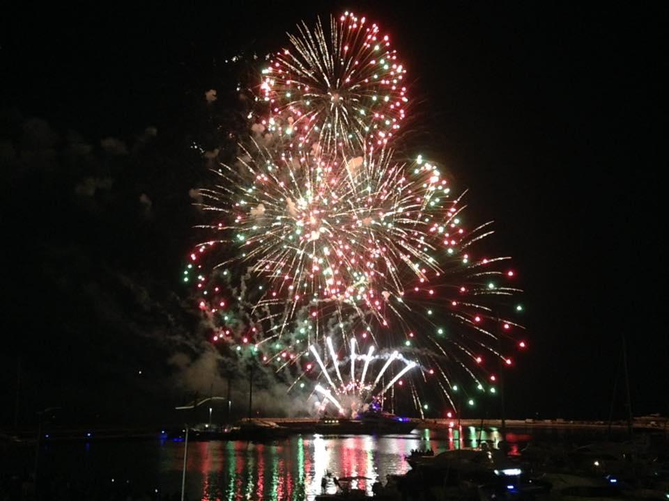 Esplosivi, luminosi, e pericolosi: i fuochi d'artificio riempiono il cielo a Capodanno
