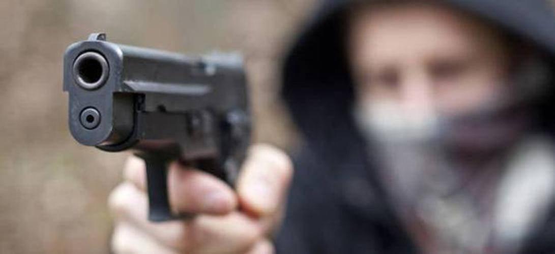 Palermo, picchiano metronotte e rapinano banca con la sua pistola