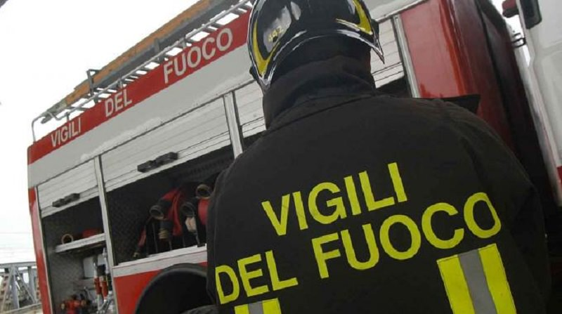 Violento incendio in un'azienda agricola: proprietario ustionato