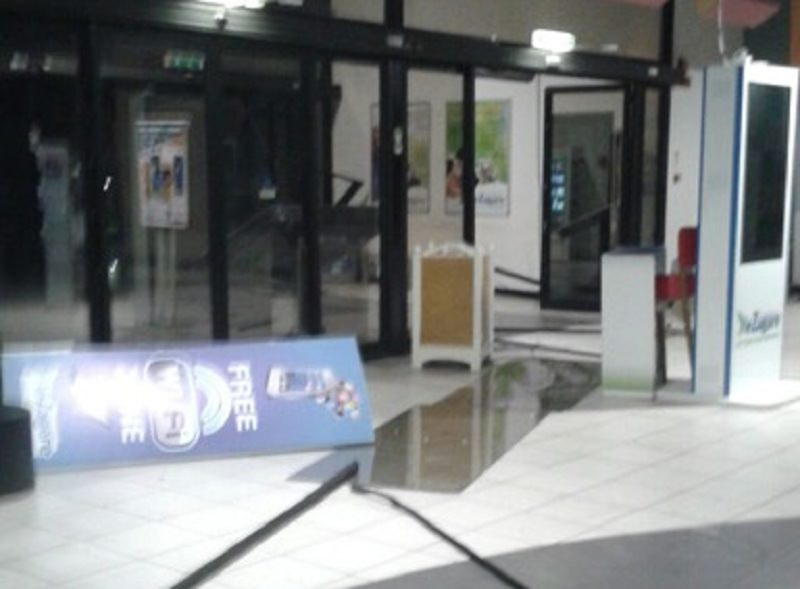 Auto-ariete contro bancomat del centro commerciale: il colpo non riesce