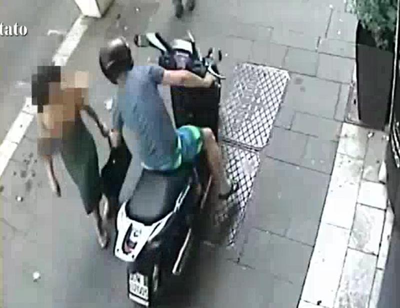 Lui sullo scooter, loro a piedi: arrestato scippatore seriale. FOTO e VIDEO