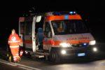 Sbatte contro auto parcheggiata e si ribalta: 2 feriti