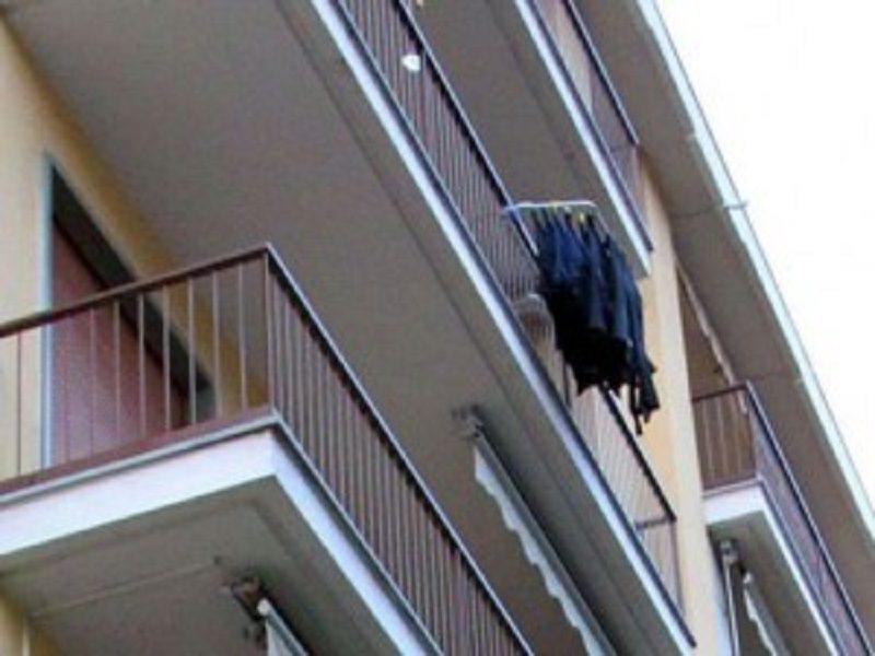 Bimba di tre anni sola in casa cade dal balcone dell'appartamento: morta sul colpo