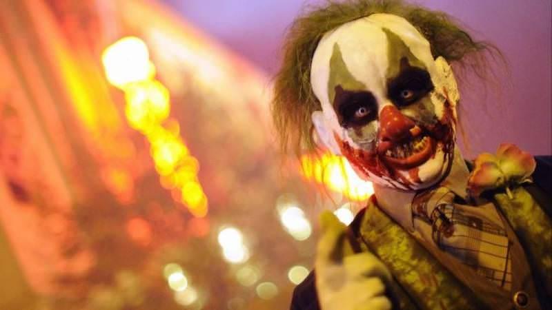 Travestito da clown cattivo vaga nel buio: un altro avvistamento