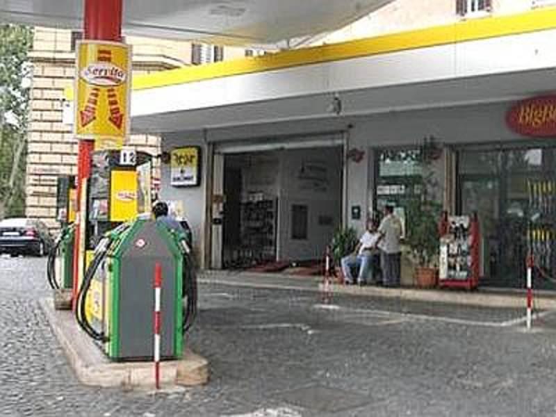 Benzina, aumenti record. Automobilisti protestano