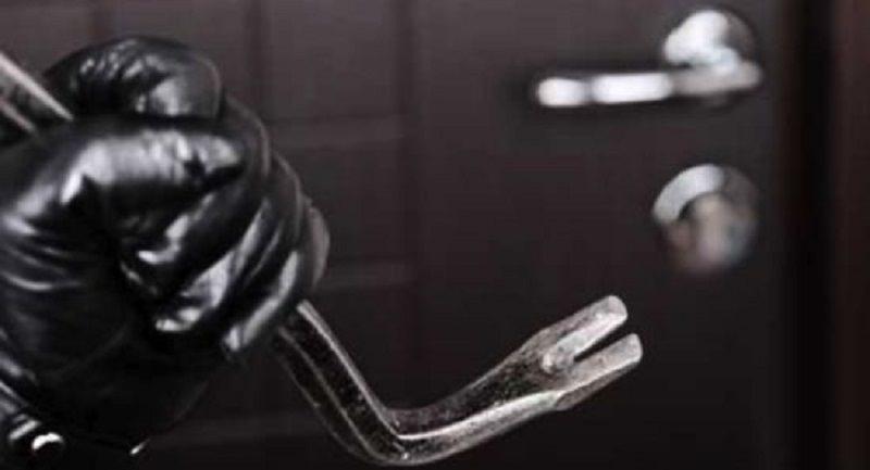 Rubano in un appartamento, ma finiscono in casa di poliziotti: arrestati