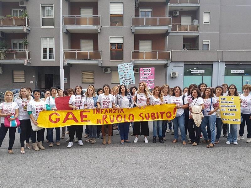 Caos GaE, docenti dell'infanzia in strada contro i sindacati