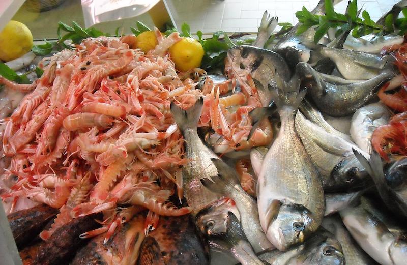 Compravano pesce dal boss: otto poliziotti sotto accusa