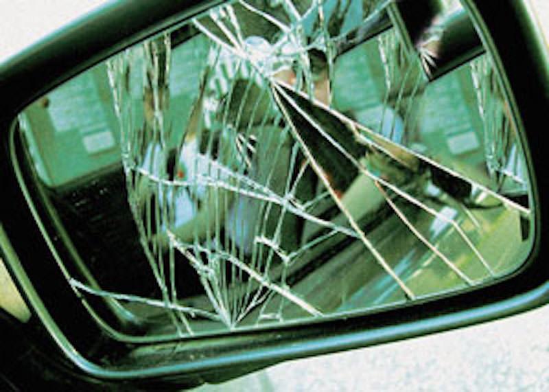 """""""Ci ha rotto lo specchietto, deve pagare"""": coppia tenta di truffare anziana: lei chiama la polizia"""