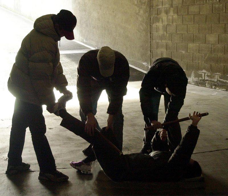 Violenza a Palermo, extracomunitario aggredisce poliziotti con spranga
