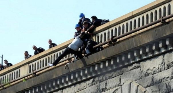 Niente lavoro né fidanzata: prova a buttarsi dal ponte, ma arriva una proposta inaspettata