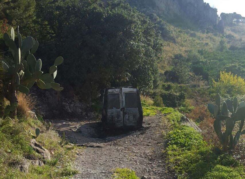 Cadavere carbonizzato in un furgone nelle campagne di Villabate
