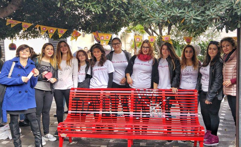 """""""Panchina rossa"""" a Biancavilla contro la violenza sulle donne"""