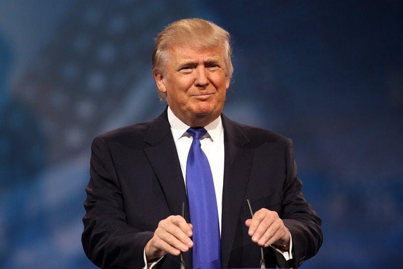 """Donald Trump dimesso, torna alla Casa Bianca e toglie la mascherina: """"Uscite, non fatevi dominare dal virus"""""""