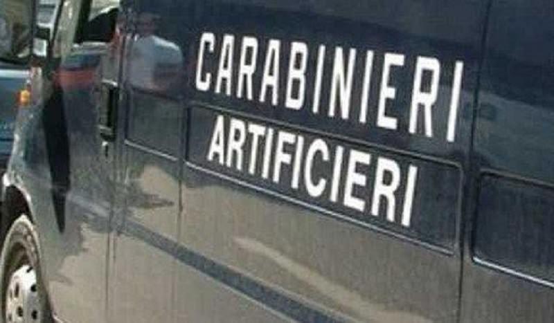 """Attimi di terrore in spiaggia: pacco sospetto in """"regalo"""" alla moglie di un carabiniere"""
