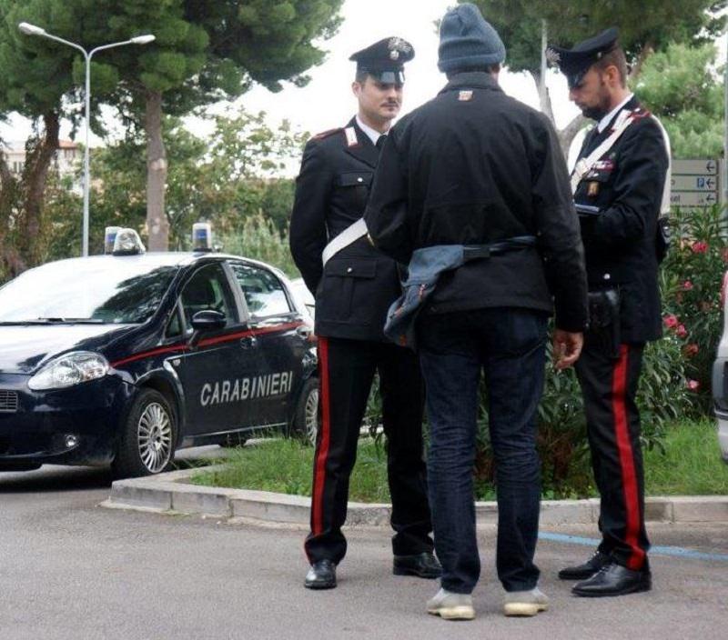 Sul davanzale di una finestra di Villa Sofia minaccia autolesionismo: salvato dai carabinieri